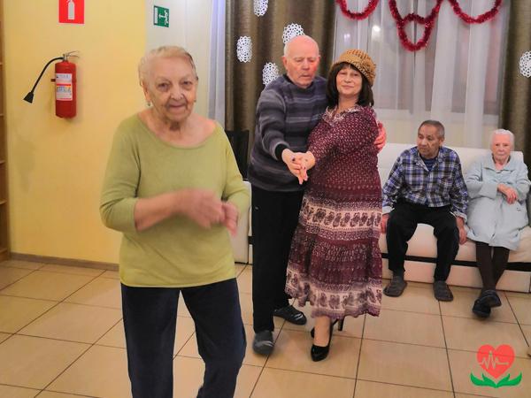 День танго в пансионате для пожилых людей.